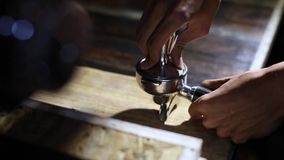 Koffiepoeder van koffiemolen Koffie van de Barista de dringende grond in portafilter door stamper aan het maken van koffie