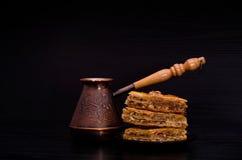 Koffiepotten en een plaat van traditionele Turkse zoete baklava Royalty-vrije Stock Fotografie