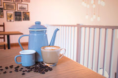 Koffiereeks, kop, bonen, ketel in het milieu van de koffiewinkel Stock Foto