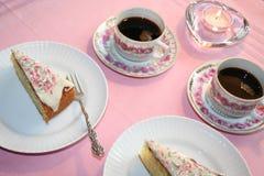 Koffietafel met heerlijke cake samen met sterke koffie royalty-vrije stock afbeeldingen