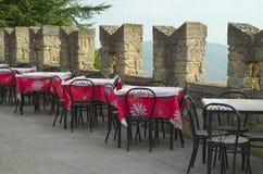Koffietafels openluchtrestaurant Stock Afbeelding