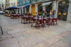 Koffieterras op het pedestriagebied van de Barrio-Alt, of hogere stad, in Lissabon Stock Foto