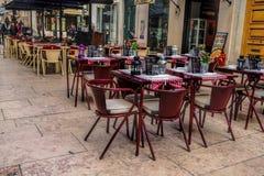 Koffieterras op het pedestriagebied van de Barrio-Alt, of hogere stad, in Lissabon Stock Foto's