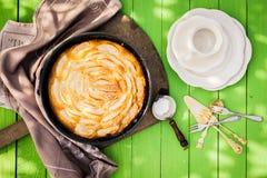 Koffietijd in de tuin met verse appeltaart Stock Fotografie