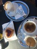 Koffietijd en zoete cake stock afbeeldingen