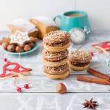 Koffietijd met koekjes, Kerstmisdecor Kaneel en noten, Christm Stock Afbeeldingen