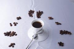 Koffietijd met kop koffie en bonen royalty-vrije stock fotografie