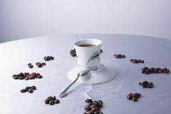 Koffietijd met kop koffie en bonen stock foto's