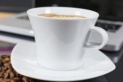 Koffietijd met laptop stock fotografie