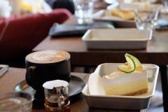 Koffietijd met oranje cake Royalty-vrije Stock Fotografie