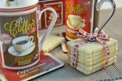 Koffietijd met zoete koekjes Geniet van het! royalty-vrije stock afbeeldingen