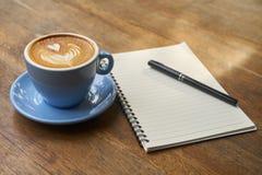 Koffietijd tevreden royalty-vrije stock afbeeldingen