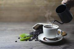 Koffietijd, Verse zwarte koffie op houten lijst royalty-vrije stock fotografie
