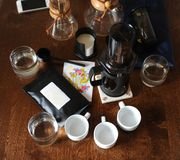 Koffietoebehoren op een donkere houten lijst stock foto