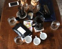 Koffietoebehoren op een donkere houten lijst stock foto's