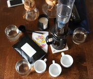 Koffietoebehoren op een donkere houten lijst stock afbeelding