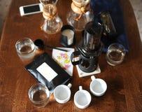 Koffietoebehoren op een donkere houten lijst royalty-vrije stock afbeeldingen