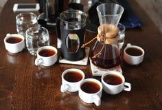 Koffietoebehoren op een donkere houten lijst royalty-vrije stock fotografie