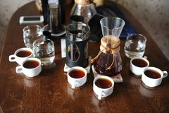 Koffietoebehoren op een donkere houten lijst stock fotografie