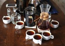 Koffietoebehoren op een donkere houten lijst royalty-vrije stock foto's