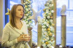 Koffiewinkel in Kerstmistijd Stock Afbeeldingen