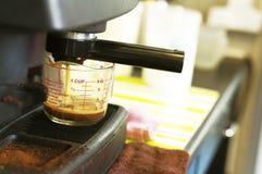 Koffiezetapparaat heet gieten Stock Fotografie