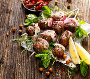 Kofta串、丸子和红洋葱与新鲜薄荷和麝香草的加法 免版税库存图片