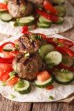 Kofta turco con gli ortaggi freschi su una fine piana del pane su La VE Fotografia Stock Libera da Diritti