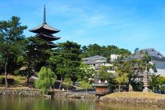 Kofuku-ji en el fondo de la charca escénica de Sarusawa en Nara Park fotografía de archivo