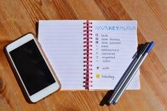 Kogeldagboek, pennen en cellphone op Desktop royalty-vrije stock fotografie