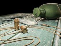 Kogelhoofdtelefoon, fles en symbolisch concept Royalty-vrije Stock Fotografie
