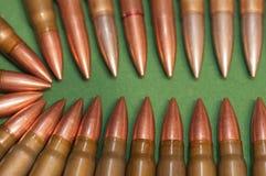 Kogels op de groene achtergrond Royalty-vrije Stock Afbeelding
