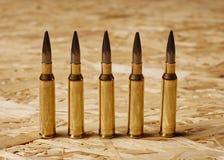 Kogels op houten textuur die zich op een rij bevinden Royalty-vrije Stock Afbeeldingen