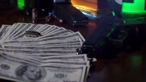 Kogelsdaling op stapel van geld in langzame motie stock video