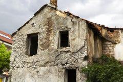 Kogelsgaten bij de bouw na oorlog in Mostar Stock Foto's