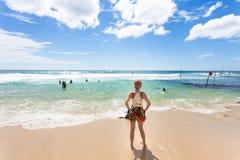 Koggala Wyrzucać na brzeg, Sri Lanka - kobieta patrzeje na ocean indyjskiego Obrazy Royalty Free