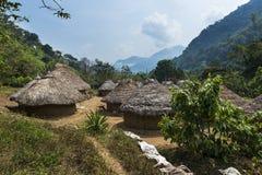 Kogi by i skogen i toppiga bergskedjan Nevada de Santa Marta i Colombia royaltyfri fotografi
