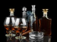 Kognak in den Flaschen und in den Gläsern lizenzfreies stockbild