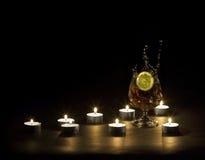 Kognak durch die Leuchte der Kerzen Stockbilder