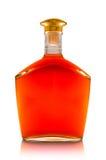 Kognak in einer transparenten Flasche mit Goldkappe Stockfotos