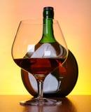 Kognakflasche und -glas Stockbild