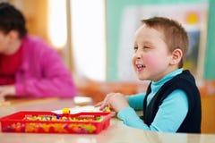 Kognitiv utveckling av ungar med handikapp arkivbilder