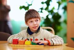 Kognitiv utveckling av ungar med handikapp royaltyfria foton