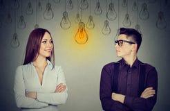 Kognitive Fähigkeiten Konzept, Mann gegen Frau Mann und Frau, die Glühlampe betrachten Stockbilder