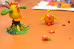 Kogut i kurczak od plasteliny na żółtym tle Zdjęcie Royalty Free