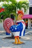 Kogut wystawia kubańskiego i flagi amerykańskie przy Trochę Hawańskim w Miami zdjęcie royalty free