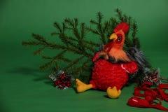 Kogut zabawka z świerczyny gałąź Zdjęcie Royalty Free