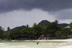 Koh θύελλας θάλασσας ερχόμενη παραλία samui στοκ φωτογραφία με δικαίωμα ελεύθερης χρήσης