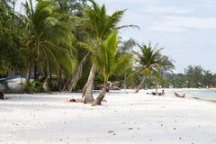 Koh νησί Rong, Καμπότζη - 6 Απριλίου 2018: Τροπική παραλία με τη λευκιά άμμο και τους χαλαρώνοντας τουρίστες Εξωτικός παράδεισος  στοκ εικόνες