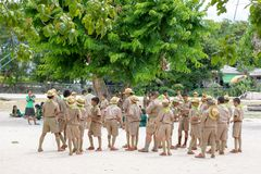 Koh νησί Samui, Ταϊλάνδη Jule 2018 Ταϊλανδικές ανίχνευση και προσκοπίνα αγοριών στις δραστηριότητες στρατόπεδων ως τμήμα της μελέ στοκ εικόνα